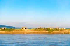 I contadini che lavorano alla banca del fiume Irrawaddy, Mandalay, Myanmar, Birmania Copi lo spazio per testo immagini stock libere da diritti
