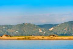 I contadini che lavorano alla banca del fiume Irrawaddy, Mandalay, Myanmar, Birmania Copi lo spazio per testo verticale immagini stock libere da diritti