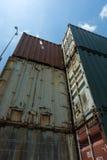 I container hanno impilato in disuso Fotografia Stock
