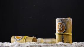 I contanti di Bitcoin rotolano fra la polvere bianca della cocaina video d archivio