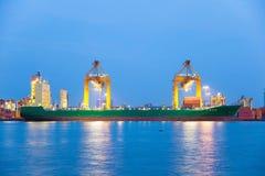 I contenitori che caricano la nave da carico enorme del contenitore sta scaricando Immagine Stock Libera da Diritti