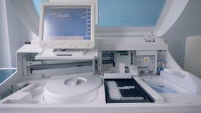 I contenitori con i campioni stanno ottenendo hanno ispezionato da una macchina analizzante stock footage