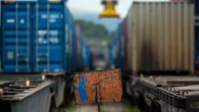 I contenitori del mare aspettano per essere spediti dalla ferrovia fotografia stock libera da diritti