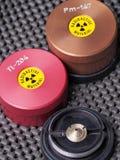 I contenitori dello specialista, uno si sono aperti, contenendo gli isotopi radioattivi promezio e tallio Fotografie Stock