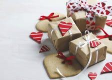 I contenitori di regalo con i cuori ed il cuore rossi decorativi hanno modellato i biscotti Immagini Stock Libere da Diritti