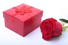 I contenitori di regalo con l'arco e sono aumentato su fondo bianco decorazione Fotografie Stock