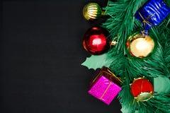 I contenitori di regalo con la decorazione obietta per il giorno di Natale sulle sedere nere Immagine Stock Libera da Diritti