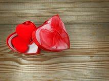 I contenitori di regalo della forma del cuore amano il giorno del ` s del biglietto di S. Valentino su fondo di legno Fotografie Stock