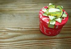 I contenitori di regalo della forma del cuore amano il giorno del ` s del biglietto di S. Valentino su fondo di legno Immagine Stock Libera da Diritti