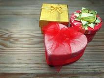 I contenitori di regalo della forma del cuore amano il giorno del ` s del biglietto di S. Valentino su fondo di legno Immagini Stock