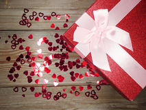 I contenitori di regalo della forma del cuore amano il giorno del ` s del biglietto di S. Valentino su fondo di legno Fotografie Stock Libere da Diritti