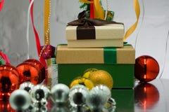 I contenitori di regalo di Natale con il pino per il modello della disposizione progettano La vista dalla parte superiore Fotografia Stock