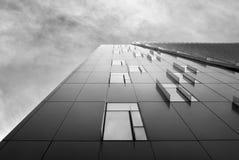 I controllori gradiscono l'edificio per uffici un giorno nuvoloso, in bianco e nero. immagini stock libere da diritti