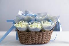 I coriandoli della piuma e del fiore con il blu immagine stock