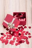 I coriandoli rossi dei cuori nel biglietto di S. Valentino della scatola amano il concetto Fotografia Stock Libera da Diritti