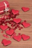 I coriandoli rossi dei cuori nel biglietto di S. Valentino della scatola amano il concetto Fotografia Stock