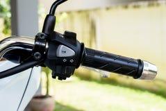 I corni del manubrio del motociclo, girano il segnale da destra a sinistra, bottone virtuale anteriore massimo minimo Fotografia Stock Libera da Diritti