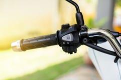 I corni del manubrio del motociclo, girano il segnale da destra a sinistra, bottone virtuale anteriore massimo minimo Fotografia Stock