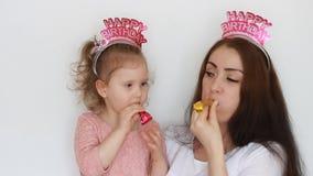 I corni di salto del partito del bambino e della madre, sorrisi, si divertono, ridono e celebrano Buon compleanno Una donna e sua archivi video
