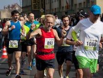I corridori fanno concorrenza nei 41 Debno maratona Immagine Stock