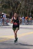 I corridori maschii corre sulla collina di crepacuore durante Boston il 18 aprile 2016 maratona a Boston Immagini Stock