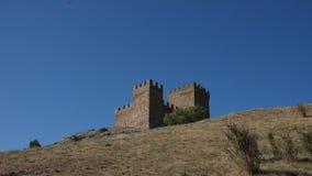 I corvi neri volano nel cielo sopra la fortezza su una roccia video d archivio