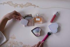 I cosmetici delle donne sulla vista del piano d'appoggio vestentesi immagine stock
