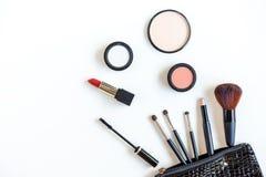 I cosmetici di trucco foggia il fondo ed i cosmetici di bellezza, i prodotti ed i cosmetici facciali imballano il rossetto, ombre fotografia stock