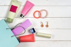 I cosmetici e gli accessori della donna su fondo di legno Bello componga la borsa con i cosmetici Fotografie Stock