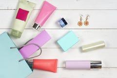 I cosmetici e gli accessori della donna su fondo di legno Bello componga la borsa con i cosmetici Fotografia Stock