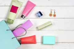 I cosmetici e gli accessori della donna su fondo di legno Bello componga la borsa con i cosmetici Fotografia Stock Libera da Diritti