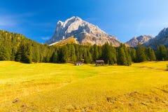 I cottage di legno usati come alta montagna alloggiano in alpi italiane Immagini Stock