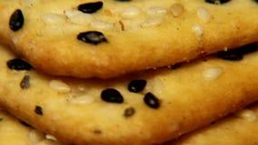 I cracker croccanti gialli luminosi su un substrato di tessuto sintetico grezzo girano sulla tavola video d archivio