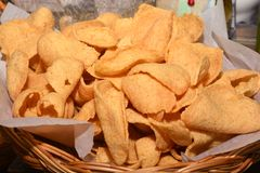 I cracker del pesce sono cracker fritti nel grasso bollente fotografia stock libera da diritti