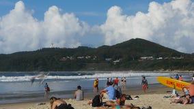 I creatori di festa godono della spiaggia a byron video d archivio