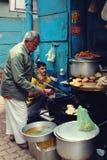 I creatori tradizionali degli spuntini preparano l'alimento famoso della via a Varanasi, India fotografia stock