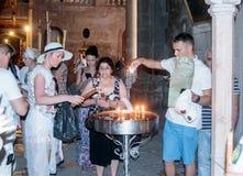 I credenti accendono le candele nella chiesa del sepolcro santo nella vecchia città di Gerusalemme, Israele Immagine Stock