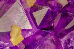 I cristalli ametisti con calcite gialla cuba la macro foto immagine stock libera da diritti