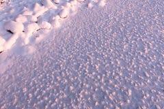 I cristalli di ghiaccio si sono formati sul ghiaccio di un lago congelato Immagine Stock