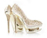 I cristalli encrusted il paio di scarpe dell'oro Fotografia Stock Libera da Diritti