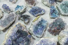 I cristalli geologici della gemma blu naturale del quarzo dell'acquamarina strutturano il fondo fotografia stock libera da diritti