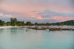 I crogioli di coda lunga hanno allineato lungo la spiaggia nell'isola di Koh Lipe in Tailandia Fotografia Stock Libera da Diritti