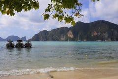 I crogioli di coda lunga sul paradiso tirano all'isola del phi del phi del KOH in Tailandia Fotografia Stock