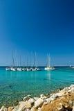 I crogioli di vela si sono messi in bacino in bella baia, mare adriatico, Fotografia Stock