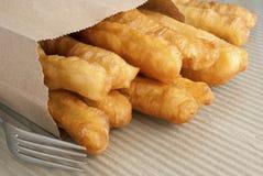 I Crullers fritti in un Brown tolgono il sacchetto Immagine Stock