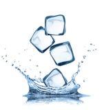 I cubetti di ghiaccio in acqua spruzza isolato su bianco Immagine Stock