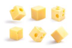 I cubi bucati e normali del formaggio hanno messo, percorsi Fotografie Stock