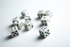 I cubi con i numeri hanno sparso su un fondo bianco Fotografia Stock