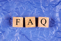 I cubi con un FAQ dell'iscrizione sulla viola hanno sgualcito la carta Immagine Stock