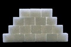 I cubi dello zucchero hanno allineato nella forma della piramide immagine stock libera da diritti